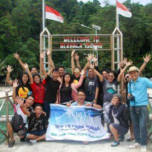 Di dermaga Pulau Berhala