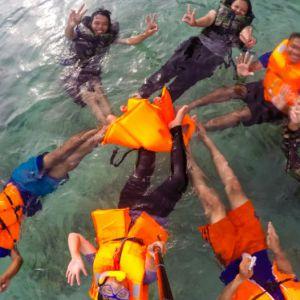 Foto Bareng Sambil Berenang
